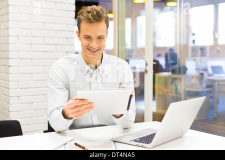 Homme business tablet pc bureau ordinateur portable e-mail Message