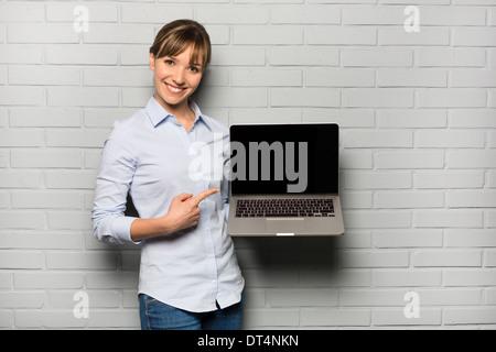 Composite femelle vers ordinateur studio Banque D'Images