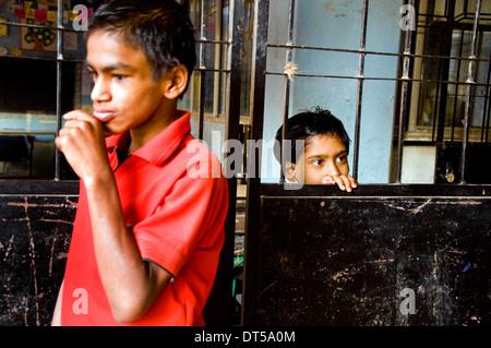 Les enfants VIH+ dans un orphelinat à Pune en Inde. Leurs parents étaient morts de maladies provoquées par le sida Banque D'Images