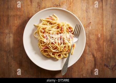 Plat de spaghettis à la carbonara donnent sur un shot Banque D'Images