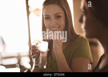 Collègues femmes de prendre un verre dans un bar à vin