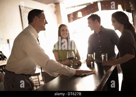 Les amis de prendre un verre au bar à vin Banque D'Images