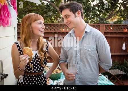 Young couple déjeuner pique-nique dans le jardin Banque D'Images