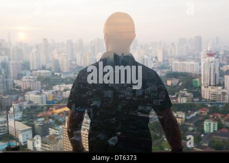 L'homme contre l'cityscape, Bangkok, Thaïlande Banque D'Images
