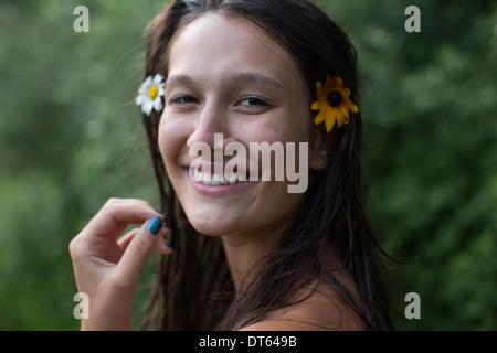 Adolescente portant des fleurs dans les cheveux Banque D'Images