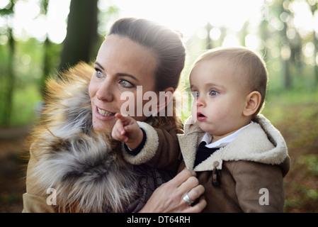 Tout-petit mâle mère tenant à Woodland Park Banque D'Images