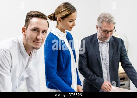 Les gens d'affaires en discussion at office Banque D'Images
