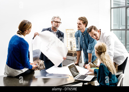 Les gens d'affaires de réunion au bureau Banque D'Images