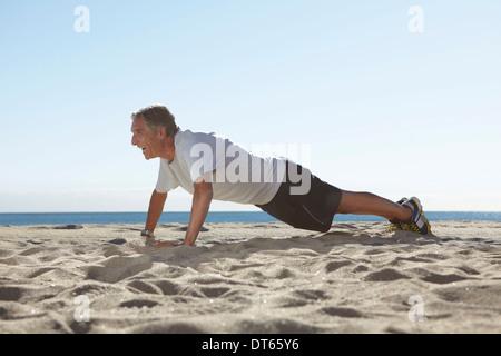 Man faire poussez se lève sur la plage