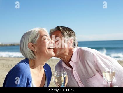 Homme Femme picorer sur la joue Banque D'Images