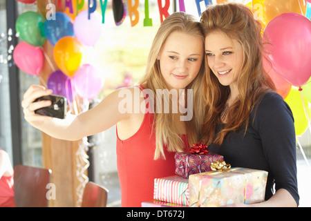 Deux adolescentes en tenant à selfies anniversaire Banque D'Images