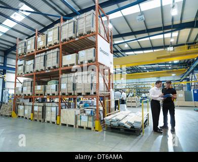Les travailleurs de l'usine en discussion Banque D'Images