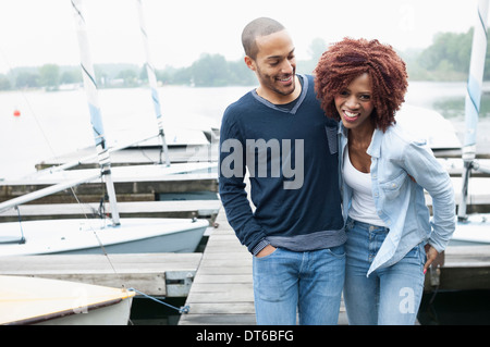 Jeune couple on jetty laughing