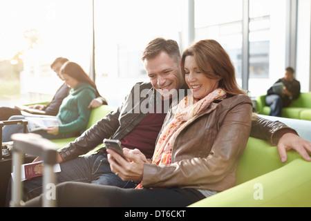 D'âge mûr en salle d'embarquement Banque D'Images