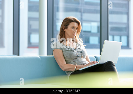 Businesswoman using laptop Banque D'Images