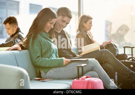 Jeune couple dans la salle d'embarquement Banque D'Images