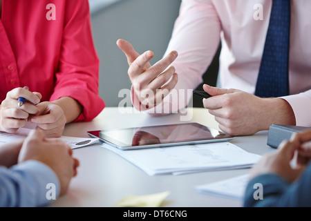 Des collègues en réunion Banque D'Images