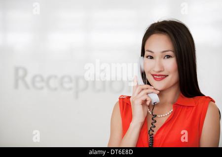 Portrait de réceptionniste dans office Banque D'Images