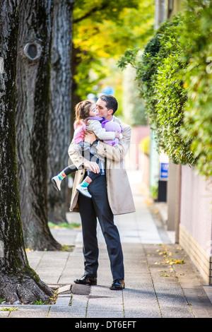 Père fille portant sur la chaussée