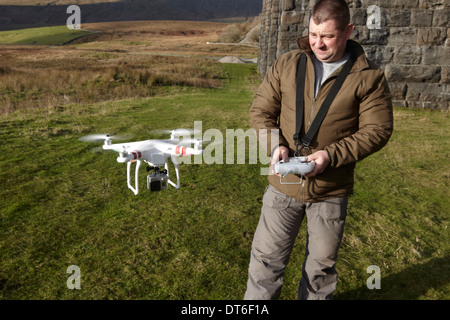L'homme aux commandes d'un quad copter avec une vidéo à bord du North Yorkshire UK Banque D'Images