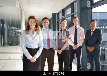 Portrait de collègues d'affaires dans le couloir