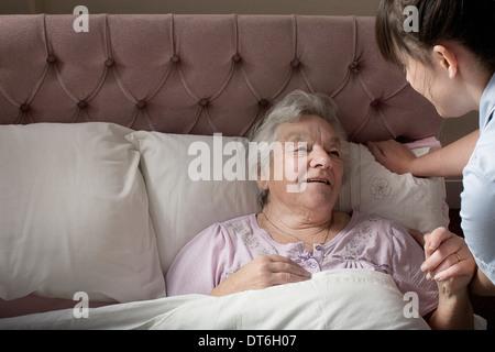 Assistant de soins personnels pour chat senior woman in bed