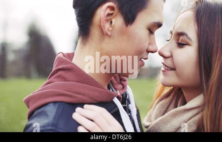 Libre de droit du couple in park. Asian teenage couple sur le point de baiser les uns les autres tandis que l'extérieur, sur une date.