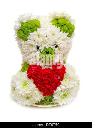 Fabriqué à partir d'ours fleurs tenant un cœur rouge. Droit isolé sur fond blanc studio. Banque D'Images