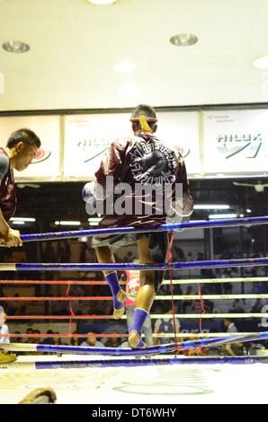 Boxeur de Muay Thai entrant dans l'anneau avant un combat, Muay Thai Boxe Lumpinee Stadium, Bangkok, Thaïlande Banque D'Images