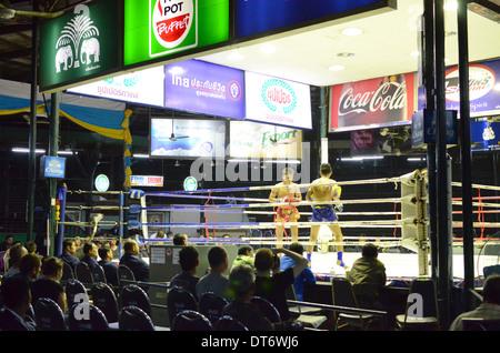 Spectateurs regardant le Muay Thai Boxe, Muay Thai Boxe Lumpinee Stadium, Bangkok, Thaïlande Banque D'Images