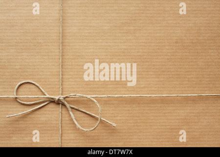 Pack enveloppé dans du papier d'emballage, liés avec de la ficelle. L'espace vide pour votre texte Banque D'Images