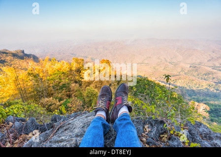 Peau d'un homme repose sur la haute montagne Banque D'Images