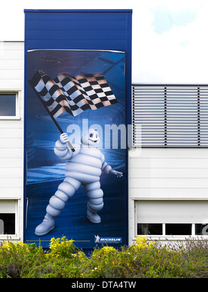Clermont- Ferrand, France, une affiche sur la façade de l'usine de pneus Michelin Banque D'Images