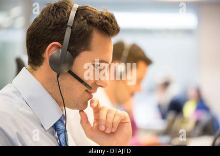 Portrait dans le micro dans le bureau de l'opérateur Banque D'Images