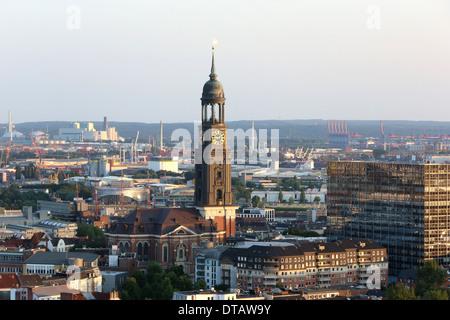 Hambourg, Allemagne, vue sur la tour de l'église Saint-Michel Banque D'Images