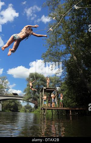 Briescht, Allemagne, fille saute dans l'eau Banque D'Images