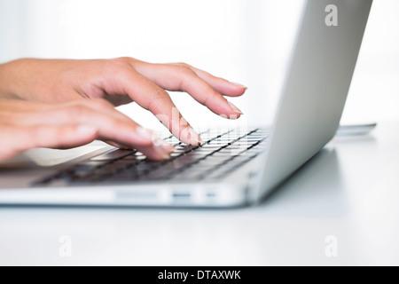 Gros plan sur femme mains de taper au clavier de l'ordinateur portable, de bureau, de 24