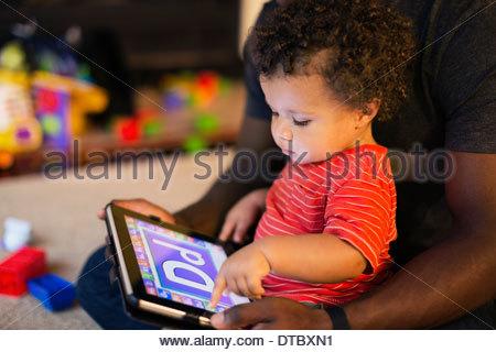 Père et fils jouant avec digital tablet Banque D'Images