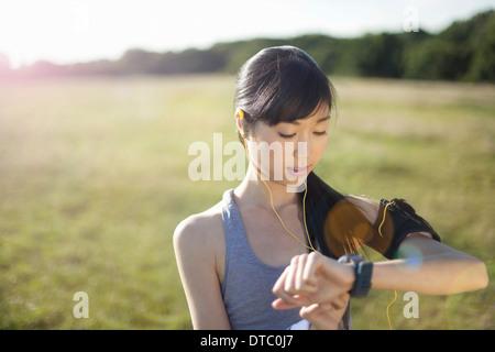 Jeune coureuse contrôle de temps pour regarder Banque D'Images