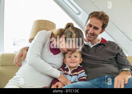 Couple et petit garçon sitting on couch Banque D'Images