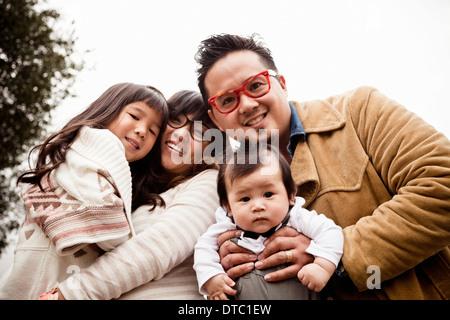 Portrait de famille du couple avec bébé garçon et fille dans park Banque D'Images