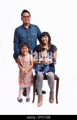 Portrait de famille du couple avec bébé garçon et fille Banque D'Images