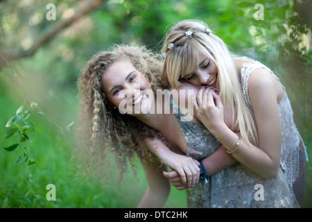 Deux adolescentes s'amuser dans les bois Banque D'Images