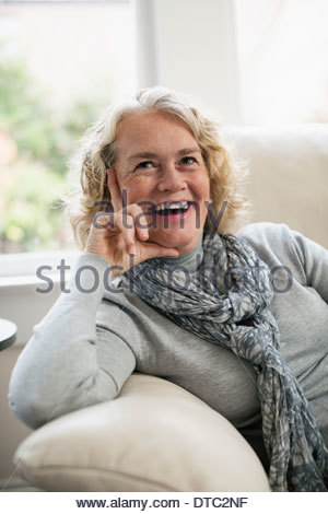 Ambiance senior woman sitting on sofa Banque D'Images