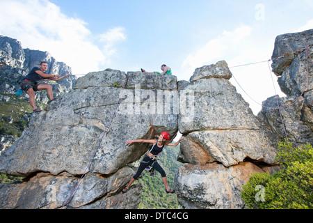 Trois grimpeurs grimper rock formation