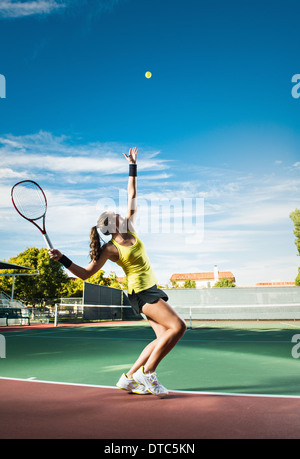 Tennis player hitting ball Banque D'Images