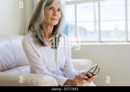 Portrait of attractive senior woman sitting in vacances Banque D'Images