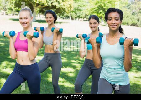Confiant la levée de poids les femmes sportive Banque D'Images