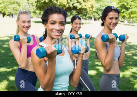 Confiant de levage des poids des mains des femmes sportive Banque D'Images