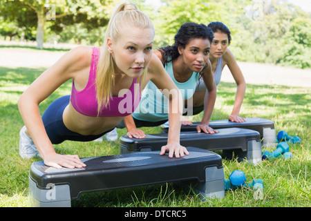 Femmes déterminées faisant le step Banque D'Images